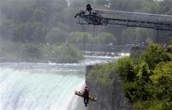 <p>Un homme a survécu lundi à un plongeon de 53 mètres dans les chutes du Niagara, à la frontière entre les Etats-Unis et le Canada, mais se trouve dans un état critique, a-t-on appris auprès de la police canadienne. /Photo prise le 21 mai 2012/REUTERS/Corey Larocque/Niagara Falls Review/QMI</p>