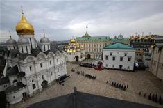 Почетный караул на Соборной площади московского Кремля во время инаугурации Владимира Путина 7 мая 2012 года. Организация экономического сотрудничества и развития (ОЭСР) повысила оценку роста экономики РФ в 2012 году, ожидая высокие цены на нефть и ослабление напряженности в еврозоне. REUTERS/Alexander Zemlianichenko/Pool