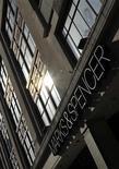 Магазин Marks & Spencer в центре Лондона, 6 апреля 2011 года. Британский ритейлер Marks & Spencer впервые за три года снизил годовую прибыль из-за сдержанного спроса даже со стороны наиболее состоятельных покупателей в условиях экономического спада. REUTERS/Toby Melville
