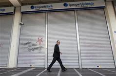 <p>Le Crédit agricole SA a de nouveau réclamé aux autorités grecques que sa filiale Emporiki puisse bénéficier du dispositif public grec d'accès à la liquidité bancaire. /Photo prise le 25 octobre 2011/REUTERS/John Kolesidis</p>