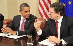 Президент США Барак Обама (слева) и глава Еврокомиссии Жозе Мануэл Баррозу на встрече в Вашингтоне 28 ноября 2011 года. Барак Обама призвал Европу укрепить защиту против бурь на финансовых рынках и рекапитализировать банки в рамках стратегии борьбы с кризисом еврозоны, состоящей из четырех частей. REUTERS/Kevin Lamarque