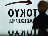 Мужчина проходит мимо логотипа Токийской фондовой биржи 11 апреля 2012 года. Азиатские фондовые рынки выросли во вторник, так как инвесторы скупали акции, подешевевшие в ходе распродажи на прошлой неделе. REUTERS/Toru Hanai