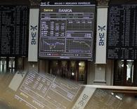 Информационные экраны на Мадридской фондовой бирже, 18 мая 2012 года. Европейские акции растут второй день подряд, уходя от двухмесячного минимума благодаря надежде на новые меры борьбы с долговым кризисом еврозоны и инвестиции в инфраструктуру Китая. REUTERS/Andrea Comas