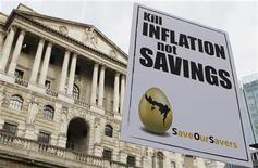 """Плакат с надписью """"Уничтожьте инфляцию, а не наши сбережения"""", оставленный участниками акции протеста у здания Банка Англии в Лондоне 6 октября 2011 года. Инфляция в Великобритании замедлилась до минимума более чем двух лет в апреле, увеличив вероятность введения новых монетарных стимулов Банком Англии для поддержки экономики позже в этом году. REUTERS/Suzanne Plunkett"""