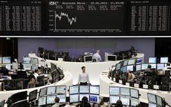 <p>En Bourse de Francfort. Les Bourses européennes restent en hausse mardi à mi-séance, prolongeant le rebond de la veille après une correction de plus de deux mois, dans la perspective de nouvelles mesures de soutien de la croissance en Europe et en Chine. À Paris, le CAC 40 avance de 0,97%, à Francfort, le Dax prend 0,76% et à Londres, le FTSE s'avance de 1%. /Photo prise le 22 mai 2012/REUTERS/Remote/Kirill Iordansky</p>