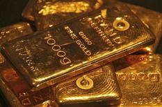 Золотые слитки в ювелирном магазине в индийском городе Чандигарх, 8 мая 2012 года. Золото дешевеет под давлением сильного доллара, а рынок платины проигнорировал сообщение о перебоях в производстве в ЮАР. REUTERS/Ajay Verma