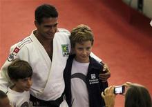 O brasileiro Leandro Guilheiro (centro) posa para uma foto com fãs durante uma apresentação para alunos em São Paulo, 4 de maio de 2012. REUTERS/Paulo Whitaker