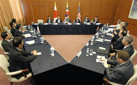 Representatives from South Korea (C), Japan (L) and the U.S. for North Korea's nuclear programme participate in their three-way talks at the foreign ministry in Seoul May 21, 2012. REUTERS/Lee Jae-Won