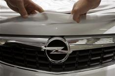 <p>La décision de General Motors de ne plus produire en Allemagne son deuxième modèle le plus vendu en Europe pourrait compliquer le mécano industriel sur lequel PSA Peugeot Citroën et GM travaillent dans le cadre de leur alliance, estiment syndicats et analystes. /Photo d'archives/REUTERS/Kai Pfaffenbach</p>