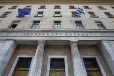 <p>La Banque de Grèce, à Athènes. Les quatre plus grandes banques grecques -Alpha Bank, National Bank of Greece, EFG Eurobank et Piraeus Bank- vont recevoir ce mercredi 18 milliards d'euros de fonds destinés à leur recapitalisation. /Photo d'archives/REUTERS/John kolesidis</p>