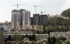 Строящиеся дома в Сочи, 9 апреля 2008 года. Крупный международный инвестор компания Hines объявил о первом фонде, ориентированном на Россию: на фоне масштабного оттока капитала из страны он вложит в девелопмент основную часть из запланированных 900 миллионов евро. REUTERS/Grigory Dukor