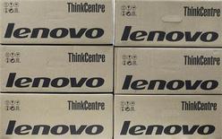Коробки с компьютерами Lenovo в офисе в Киеве, 12 марта 2012 года. Высокие продажи в Китае позволили Lenovo Group Ltd увеличить чистую прибыль на 59 процентов в четвертом квартале на фоне постепенного расширения производства смартфонов и планшетов. REUTERS/Gleb Garanich
