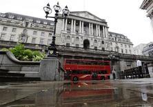 Двухэтажный автобус проезжает мимо здания Банка Англии в Лондоне 4 августа 2011 года. Банк Англии увидел повод для введения новых монетарных стимулов, так как кризис в еврозоне угрожает слабеющей британской экономике, свидетельствует протокол заседания Центробанка 9-10 мая. REUTERS/Stefan Wermuth