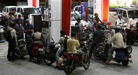 Motorists wait at a fuel station to fill petrol in Ahmedabad May 14, 2011. REUTERS/Amit Dave/Files