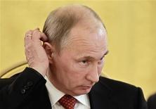 Президент РФ Владимир Путин на саммите ОДКБ в Кремле 15 мая 2012 года. Мирное разрешение политического кризиса в России, центром которого стала Москва с многотысячными акциями рассерженных горожан, становится все менее вероятным в условиях нежелания властей вести диалог с оппозицией, которая может получить массовую поддержку в случае экономических потрясений и добиться досрочной смены руководства страны, считают предсказавшие волну протестов эксперты Центра стратегических разработок. REUTERS/Sergey Ponomarev/Pool