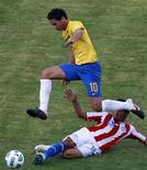 O brasileiro Paulo Henrique Ganso (10) é desafiado pelo paraguaio Enrique Vera durante uma partida na primeira chave da Copa América em Córdoba, 9 de julho de 2011. REUTERS/Paulo Whitaker