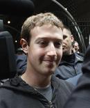 <p>Imagen de archivo del presidente ejecutivo de Facebook, Mark Zuckerberg, a su salida del hotel Sheraton de Nueva York, mayo 7 2012. Facebook, su presidente ejecutivo Mark Zuckerberg y varios bancos, encabezados por Morgan Stanley, fueron demandados por un grupo de accionistas que creen que la firma escondió débiles pronósticos de crecimiento antes de su oferta pública inicial de acciones (OPI) de 16.000 millones de dólares. REUTERS/Eduardo Munoz</p>
