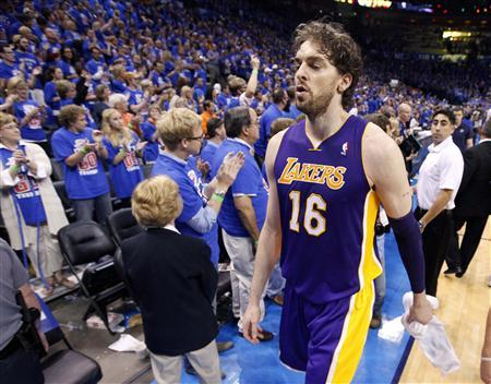Los Angeles Lakers power forward Pau Gasol walks off the court after a season-ending loss to the Oklahoma City Thunder during Game 5 of the NBA western conference semi-finals in Oklahoma City, Oklahoma, May 21, 2012. REUTERS/Steve Sisney