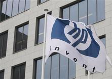 Флаг с логотипом Hewlett-Packard развивается около здания офиса компании под Брюсселем, 12 января 2010 года. Hewlett Packard Co планирует сократить около 27.000 или примерно 8 процентов рабочей силы в ближайшие два года, чтобы стимулировать рост бизнеса и экономить до $3,5 миллиарда в год, сообщила фирма одновременно с данными о снижении квартальных показателей. REUTERS/Thierry Roge
