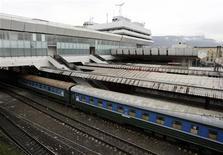Поезд стоит на центральной ж/д станции в Тбилиси, 5 октября 2010 года. Правительство Грузии приняло решение отложить первичное размещение акций государственной железнодорожной монополии из-за сложных условий на рынке, сообщила компания в четверг. REUTERS/David Mdzinarishvili