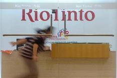Женщина пробегает мимо ресепшна офиса Rio Tinto в Шанхае 22 марта 2010 года. Горнорудная компания Rio Tinto, занимающая второе место в мире по производству железной руды, планирует удвоить ее добычу к 2016 году и не видит признаков снижения спроса в Китае, сообщил глава железорудного подразделения компании Сэм Уолш. REUTERS/Stringer