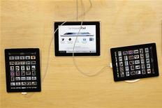 Планшеты iPad 4G компании Apple в магазине в Париже 16 марта 2012 года. Роскомнадзор начал прием заявок от телекоммуникационных операторов, желающих получить лицензии на оказание услуг связи стандарта LTE в России. Итоги конкурса планируется подвести 12 июля. REUTERS/Charles Platiau