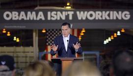 Кандидат в президенты США от республиканцев Митт Ромни выступает с критикой в адрес Барака Обамы в Тампе, штат Флорида 24 января 2012. Нацелившийся на второй срок президент США Барак Обама выступил в защиту своей внешней политики в ответ на обвинения со стороны республиканцев в том, что его политика ослабила влияние Америки в мире. REUTERS/Brian Snyder