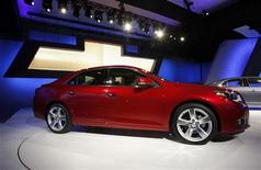 Автомобиль Chevrolet Malibu на автосалоне в Нью-Йорке, 20 апреля 2011 года. Автоконцерн General Motors Co принял решение отозвать 4.304 автомобиля Chevrolet Malibu Eco, проданных в США, для перепрограммирования модуля, контролирующего подушки безопасности. REUTERS/Jessica Rinaldi