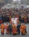Православные священники возглавляют пасхальную процессию во Владивостоке 15 апреля 2012. Владивостокская полиция пообещала зачистить город от проституток, а активисты оппозиции пожаловались на угрозы депортацией в дни престижного международного саммита АТЭС, который в сентябре впервые примет Россия. REUTERS/Yuri Maltsev
