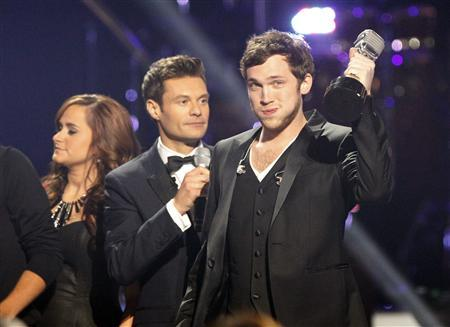Phillip Phillips holds the winner's trophy after being named the winner during the 11th season finale of ''American Idol'' in Los Angeles, California May 23, 2012. REUTERS/Mario Anzuoni