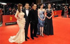 """O diretor Zhang Yimou (centro) posa com os membros do elenco Ni Ni (segundo à direita), Zhang Doudou (direita) e Tong Dawai (segundo à esquerda) e sua esposa, a atriz Guan Yue, no carpete vermelho de seu filme """"Flores do Oriente"""" no Festival de Berlim, 13 de fevereiro de 2012. REUTERS/Morris Mac Matzen"""