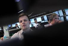 Трейдеры работают в торговом зале биржи во Франкфурте-на-Майне, 7 мая 2012 года. Европейские рынки акций открылись ростом. REUTERS/Alex Domanski