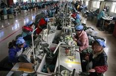 Помещение швейной фабрики в Хуайбэе, 23 марта 2012 года. Китай должен активизировать усилия для поддержки роста экономики, в том числе, сократить объем средств, который банки должны хранить в качестве резервов, считает советник Народного банка Китая Сон Гуоцин. REUTERS/Stringer