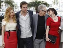 """Elenco do filme """"Cosmópolis"""" Sarah Gadon (E), Robert Pattinson (2o à esquerda) e Emily Hampshire (D) posa ao lado do diretor David Cronenberg (2º à direita) durante sessão de fotos, na competição do 65º Festival de Cinema de Cannes. 25/05/2012 REUTERS/Christian Hartmann"""