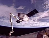 Cápsula de carga Dragon, da SpaceX, é movida na posição para atracar na Estação Espacial Internacional nesta imagem capturada da Nasa TV. 25/05/2012 REUTERS/NASA TV