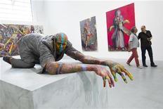 """Pessoas visitam a exposição """"Veneno Contra o Tempo"""" de Jonas Burgert na galeria Blain Southern na rua Potsdamer, em Berlim, 23 de maio de 2012. REUTERS/Thomas Peter"""