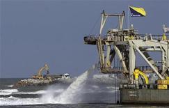 Uma máquina é vista na construção do Porto de Açú, em São João da Barra, no Rio de Janeiro, 26 de abril de 2012. O equipamento pertence ao Grupo EBX, do bilionário Eike Batista. REUTERS/Ricardo Moraes