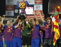 Jogadores do Barcelona comemoram título da Copa do Rei após vitória sobre o Athletic Bilbao nesta sexta-feira. REUTERS/Felix Ordonez