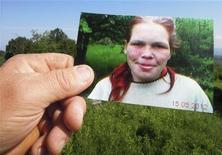 Homem segura retrato de adolescente alemã mantida em cativeiro por anos na Bósnia. Uma adolescente alemã foi resgatada do cativeiro de um casal bósnio acusado de espancá-la e fazê-la passar fome por anos, além de prendê-la a arreiros de uma charrete para puxá-la. 27/05/2012 REUTERS/Stringer