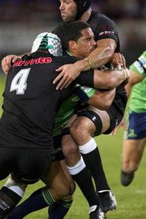 New Zealand's Highlanders Aaron Smith is tackled by South Africa's Sharks Steven Sykes (L) and Jacques Botes during their Super 15 rugby match in Durban May 5, 2012. REUTERS/Rogan Ward