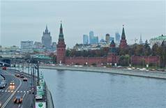 Вид на Кремль, МИД и Москва-сити в Москве 18 октября 2011 года. Снижение экономического роста в России продолжилось второй месяц подряд, констатировало Минэкономразвития: ВВП РФ с очищенной сезонностью снизился в апреле 2012 года на 0,1 процента к марту. REUTERS/Anton Golubev