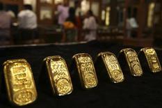 Золотые слитки в ювелирном магазине в Хайдарабаде, 11 апреля 2012 года. Цены на золото превысили $1.580 благодаря укреплению евро к доллару на фоне результатов опросов в Греции накануне выборов. REUTERS/Krishnendu Halder