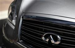 Логотип Infiniti на автомобиле во время открытия офиса компании в Гонконге 22 мая 2012 года. Второй крупнейший в Японии автопроизводитель Nissan Motor Co будет выпускать автомобили Infiniti с 2014 года на китайском заводе стоимостью 2 миллиарда юаней ($315 миллионов), так как компания намерена бросить вызов господствующим на мировом авторынке немецким конкурентам. REUTERS/Tyrone Siu