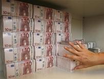 Работница банка кладет пачки по 10 евро в сейф банка в Вене 21 июля 2009 года. Евро поднялся с двухлетнего минимума, поскольку, по данным опросов, незадолго до выборов в Греции лидирует партия, выступающая за получение страной финансовой помощи извне. REUTERS/Heinz-Peter Bader