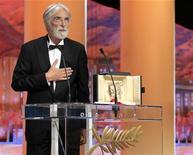 """Diretor Michael Haneke reage após receber o prêmio Palma de Ouro pelo filme """"Amour"""" durante a 65ª premiação do Festival de Cinema de Cannes. 27/05/2012 REUTERS/Yves Herman"""