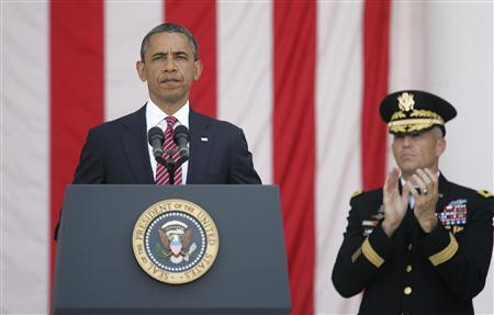 U.S. President Barack Obama (L) is applauded by U.S. Army Major General Michael Linnington (R), commander of the Military District of Washington, as he begins his remarks at the Memorial Day observance at Arlington National Cemetery in Arlington, Virginia, May 28, 2012. REUTERS/Jonathan Ernst