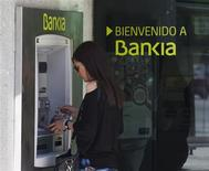 A woman uses a Bankia bank automated teller machine (ATM) in Madrid May 28, 2012. Spanish debt yields jumped and shares in fourth-largest lender Bankia SA plunged to record lows, highlighting a lack of confidence in government efforts to stabilise the finances of Spain and its ailing banks. REUTERS/Sergio Perez