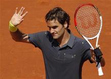 O suíço Roger Federer acena após vencer uma partida contra o alemão Tobias Kamke durante o Aberto Francês em Roland Garros em Paris, 28 de maio de 2012. REUTERS/Benoit Tessier