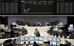 Трейдеры на торгах фондовой биржи во Франкфурте-на-Майне 16 мая 2012 года. Европейские рынки акций открылись ростом в ожидании хороших данных о ценах на недвижимость и доверии потребителей в США. REUTERS/Remote/Marte Kiessling