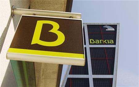 The logo of Spain's Bankia bank is seen at one of its branches in front of its headquarters building in Madrid May 28, 2012. Spanish debt yields jumped and shares in fourth-largest lender Bankia SA plunged to record lows, highlighting a lack of confidence in government efforts to stabilise the finances of Spain and its ailing banks. REUTERS/Sergio Perez